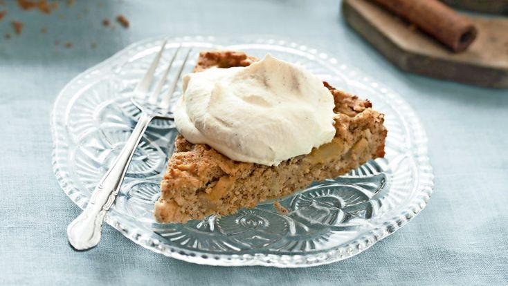 En härligt mjuk päron- och kanelkaka – extra god med ett lager krämig grädde på toppen.