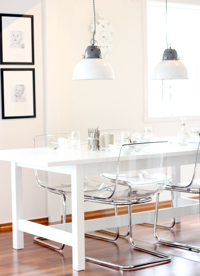 white table + lucite chairs: Dining Rooms, White Tables, White Spaces, Offices Spaces, Dining Chairs, Clear Chairs, Lucite Chairs, Ghosts Chairs, Offices Chairs