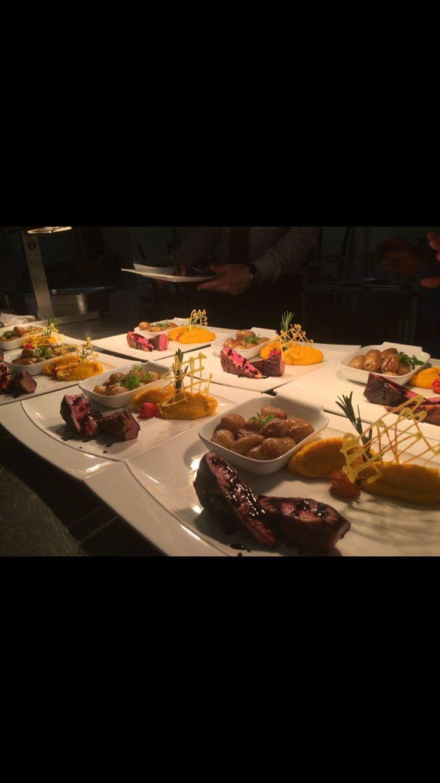 Filet de cannette tranché sauce fruits rouges, pomme de terre rôti et mousseline de patate douce.