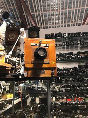 Balti Jaama Turgin yläkerrassa sijaitsevissa antiikki- ja käytetyn tavaranliikkeissä on valtava valikoima - esimerkiksi vanhoja kameroita. Räps!