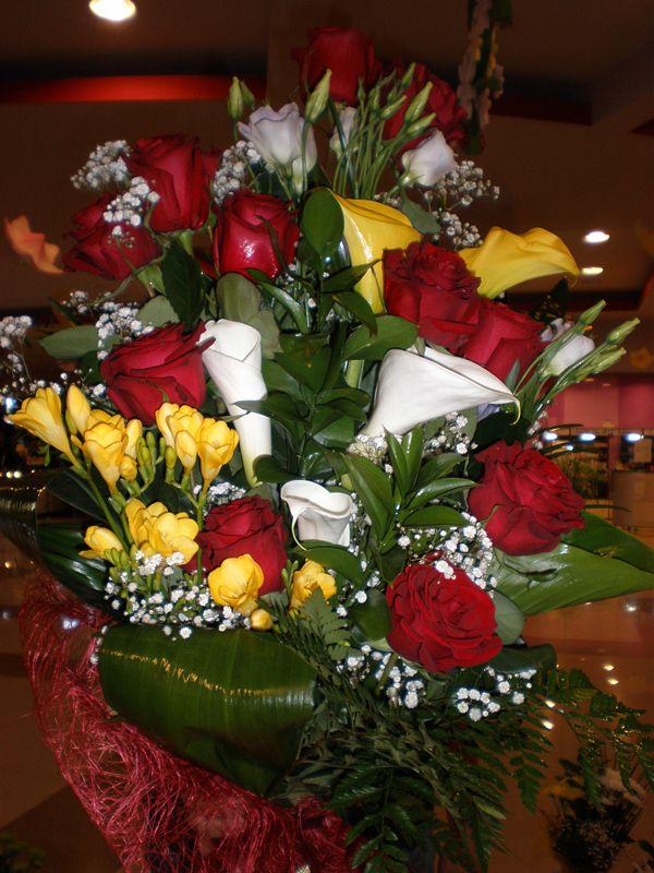 Buchet trandafiri rosii, cale albe si galbene si frezii!
