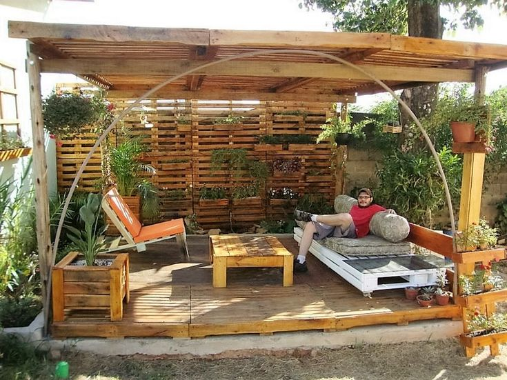 In some of the earlier projects we were just focusing on making some isolated pallet wooden creations, but this time we have come up with an even bigger plan and this is really going to leave you astonished. If you have plans to décor your patio, you must consider this one.