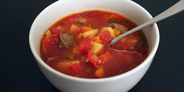 Lækker, krydret ungarsk suppe med mørt oksekød og skønne grøntsager, der giver en god fylde.