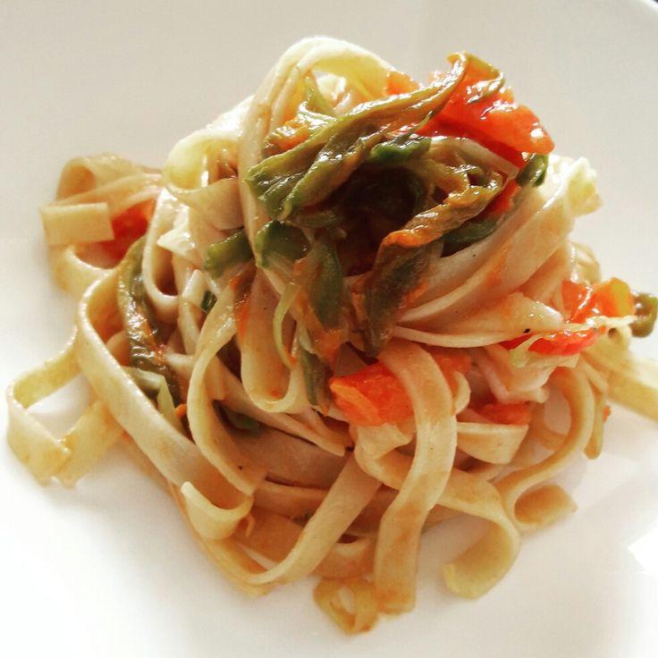 Tagliatelline di lenticchie con verdurine e fiori di zucchina