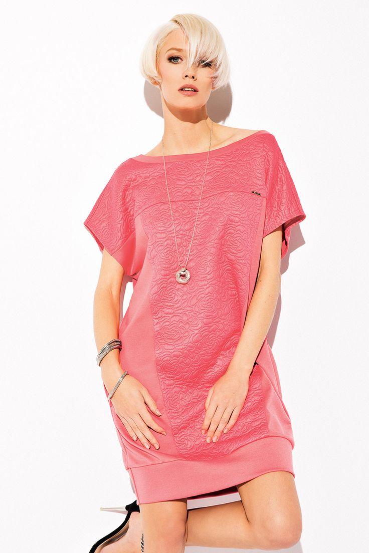 ТУНИКА VIOLETTA Потрясающе красивая женская туника Violetta. Модель туники выполнена в свободном фасоне, короткими рукавами, широким вырезом горловины и карманами. Сочетание актуального оттенка и лаконичной формы не оставят равнодушной ценительниц идеального качества и комфорта. Акцент сделан на качественной обработке ткани и оригинальном фирменном принте. Женская туника Violetta поможет Вам сделать гардероб более интересным, изящным и женственным.