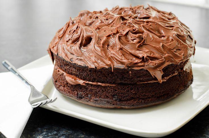 Este rico pastel es ideal para los amantes del chocolate. La mezcla del pastel lleva chocolate semi-amargo y cocoa además de un delicioso betún de chocolate que todo mundo amará.