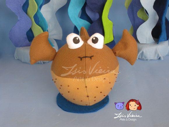 Personagem Bolota, do filme Procurando Nemo. Duas alturas disponíveis. 20 e 30cm.  Em feltro com enchimento de fibra de silicone. Ficam em pé sozinhos, com base.  Personagens, algas e corais disponíveis para montar o kit. Monte seu kit como preferir! Consulte! :)  De 16cm a 20cm de altura. Corais: de 13cm a 34cm de altura   Personagens do kit: 10 personagens: Nemo Marlin (pai do nemo) Dory (peixe azul) Squirt (tartaruguinha) Bubbles (peixe amarelo) Gill (peixe preto e branco) Bloat (peixe…