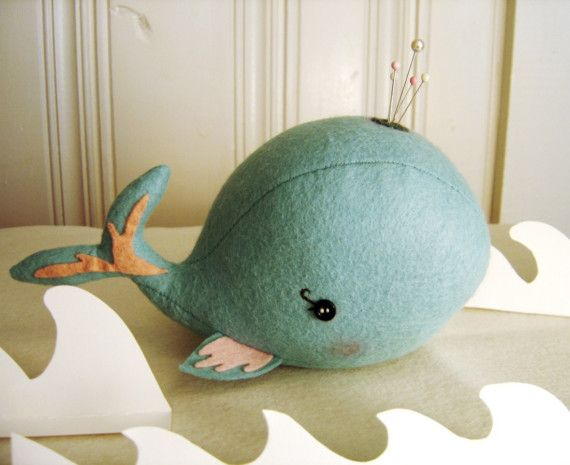 Bashful Whale Pin Cushion por blueberrybandit en Etsy