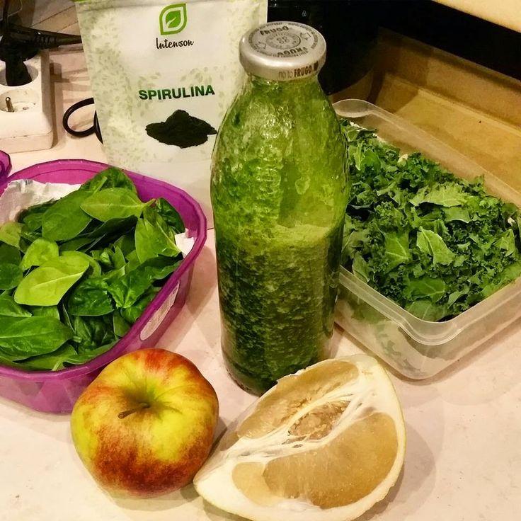 Zielone koktajle: szpinak + jarmuż + spirulina + pomelo + jabłko