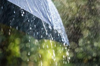 water+regen%3A+Regendruppels+vallen+van+een+zwarte+paraplu+concept+voor+slecht+weer%2C+winter+of+bescherming+Stockfoto