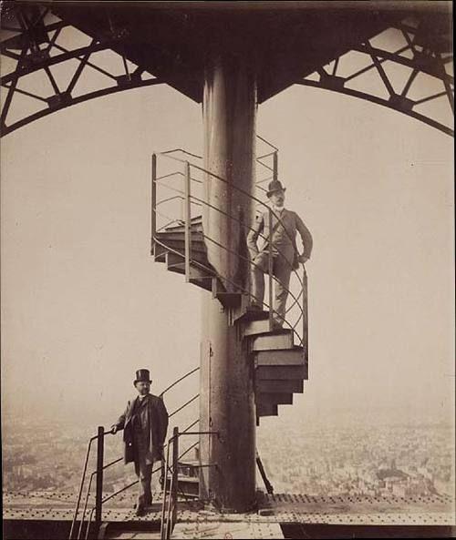 Exposition universelle. Paris 1889. Gustave Eiffel au sommet de la tour par Neurdein frères. Via Les Expositions universelles