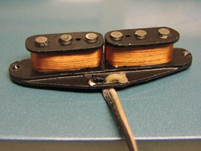 Hum Canceling Strat single coil pickup - The coil on the left has a North orientation and the coil on right has a South orientation. Everything is completely concealed under the pickup cover.