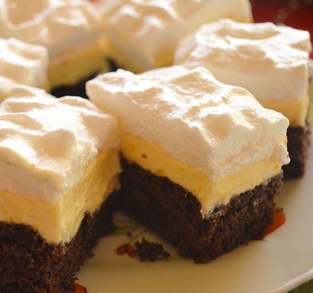 Puha, habos és krémes – álomdesszert kakaós piskóta alapon vaníliás krémmel, tejszínhabbal megkoronázva.