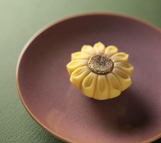 """今日の #和菓子 は #ねりきり で作った #ひまわり です。 ねりきりとは白餡に餅や芋を混ぜて作った和菓子で #茶道 で使われる「 #上生菓子 」の一種です。 #撮影 用に作成しました。 Today's wagashi is #Sunflower made with #Nerikiri. The Nerikiri is the material of wagashi made by mixing the rice cake and yam in white bean. Is a kind of """"Jounamagashi"""" as used in the tea ceremony. The sweets I've made for the shooting. #練切 #煉切 #wagashi #sweets #artist #art #出雲 #福泉堂 #三代目 #confectionery #photographer #photos #お菓子作り #dessert #デザート #お菓子 #candy #うつわ #器 #豆皿 #テーブルフォト"""