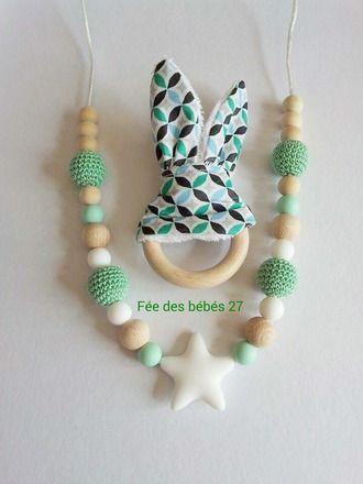 Joli  lot composé d'un collier de portage ou d'allaitement et de son hochet oreilles de lapin aux couleurs assorties!  Le collier de portage est composé de perles de différente - 18662024