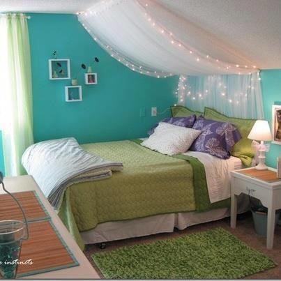 Om jag sätter sängen framför fönstret skulle jag kunna ha tunna spetsgardiner som sänghimmel/gardiner med ljuskedjor bakom.