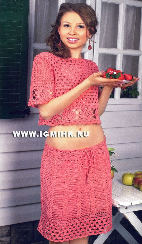 Летний комплект, связанный с использованием квадратных мотивов и филейной вязки: кофточка и юбка кораллового цвета. Крючок
