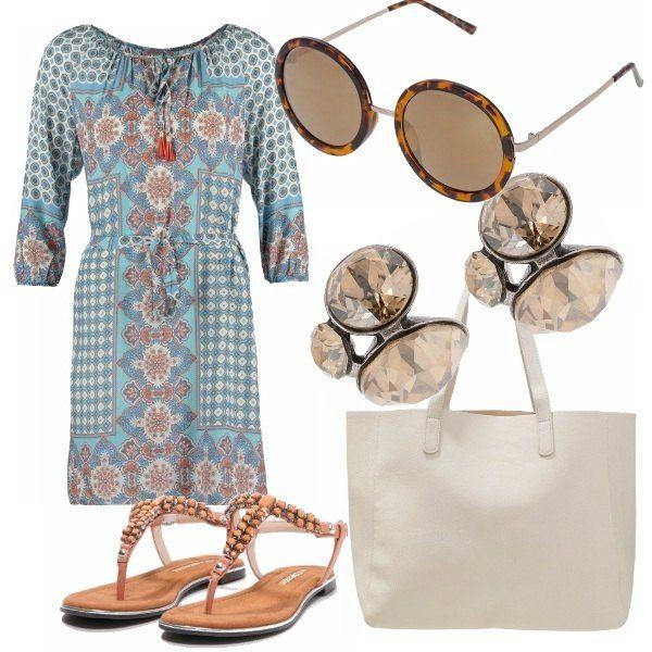 Colori brillanti e leggerezza per questo outfit vacanziero, ma anche da città per uno stile rilassato. Vestito con stampa boho, infradito albicocca, shopper panna, orecchini discreti e occhialoni.