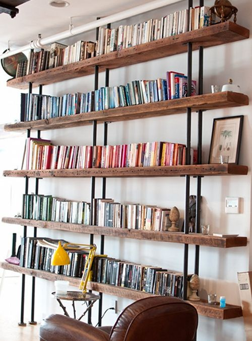 Libreria da parete vintage, arredare il tuo soggiorno con la nuova libreria a parete in legno massello e montanti in ferro. Potrai realizzarla anche su misura, le mensole in legno massello invecchiato, sono trattate con impregnante ad acqua. I montanti in ferro li realizziamo a misura per arrivare fino sotto il soffitto.  Le mensola in legno vengono bloccate con un tassello in ferro ogni 45 cm