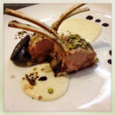 Aglio e Vaniglia: Carrè d'agnello in crosta di pistacchio su crema di patate e gocce di mirtillo al vino