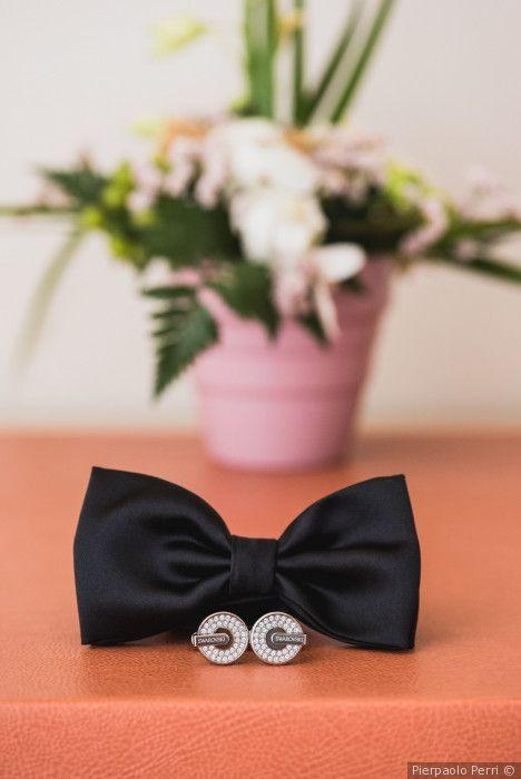 Papillon e gemelli eleganti per un look sposo moderno e glamour
