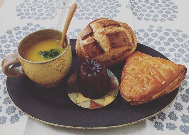 Instagram media by jun.okam - この夏から秋は九州在住の母のお友達が何度も母に送ってくれたバターナッツという名前のピーナッツみたいなかたちのカボチャのお裾分けでスープを作りましたが、これでとうとう最後のバターナッツです😢記念に?メゾンカイザーのパンでモリモリな朝食に😊さつまいものパンもアップルパイもカヌレも久しぶりでしたが、いつもよりちょっとだけ早起きして誰もいないダイニングで好きな音楽をかけて1人ゆっくりいただく時間の幸せなこと😆わかってはいてもこの余裕がなかなか持てませんが今日も頑張ります😅 #メゾンカイザー  #金井ゆみ #木ごこち #マリメッコ