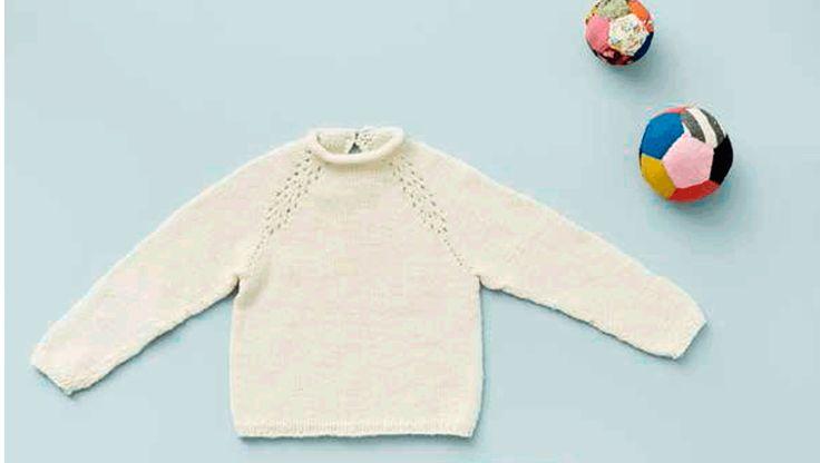 Strik: Dejlig bluse som kan bruges til alt. Den har en blød rullekant i halsen med trense og knap i nakken. Med få ekstra fagter kan du lave et fint hulmønster i raglansømmen. Blusen strikkes oppefra og ned og har ingen sammensyninger.