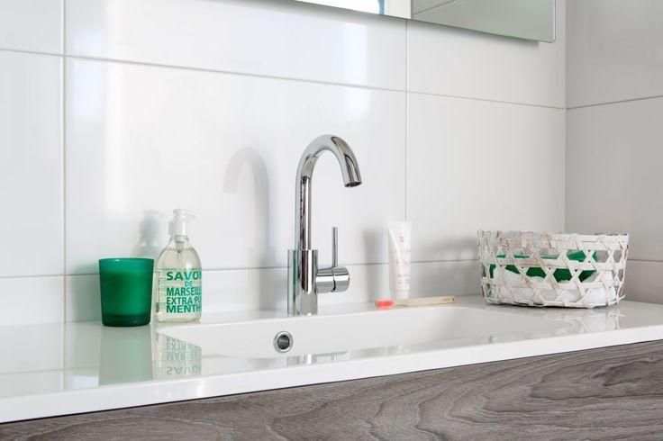 Ruimte voor accessoires: Dankzij het brede blad is er voldoende ruimte voor persoonlijke accessoires. Dit maakt de badkamer helemaal van u.