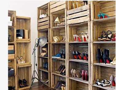 Pratique pour ranger des tas de chaussures, un dressing composé à partir de caisses en bois empilées les unes sur les autres sur toute la ha...
