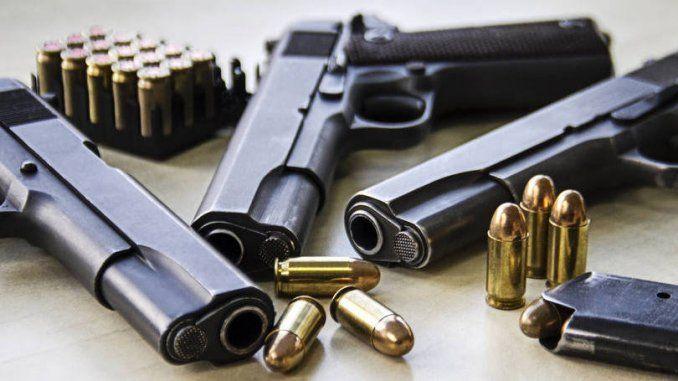 """""""DIREITO PENAL. PORTE DE ARMA DE FOGO POR POLICIAL APOSENTADO. O porte de arma de fogo a que têm direito os policiais (arts. 6º da [...]"""