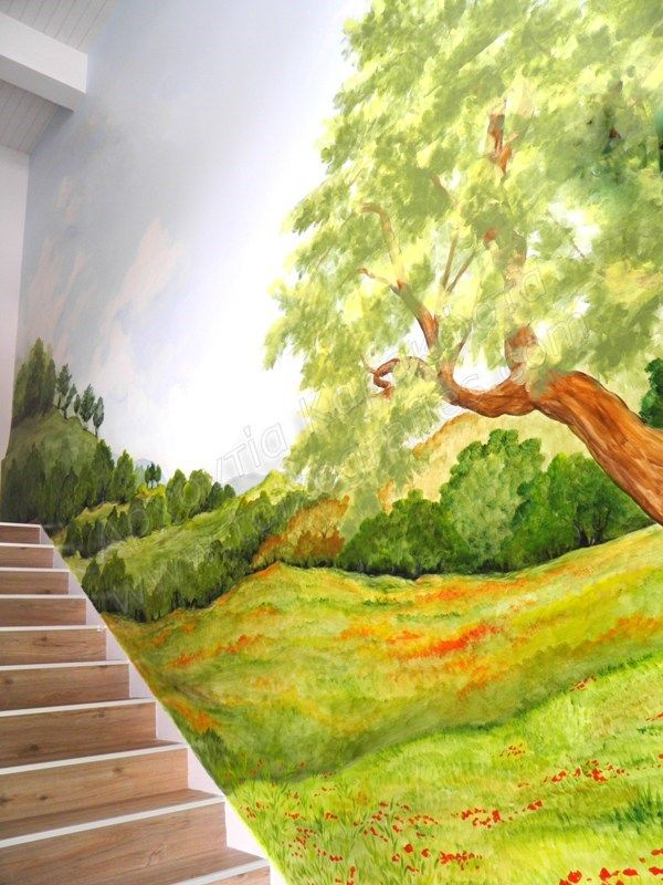 Ζωγραφική σε τοίχο σκάλας, σε επαγγελματικό χώρο. Σε όλον τον τοίχο στο πλάι της σκάλας, ζωγραφίστηκε μια πλαγιά με δέντρα, λιβάδι με λουλούδια και ένα μεγάλο δέντρο. Η ζωγραφιά έδωσε την αίσθηση τ…