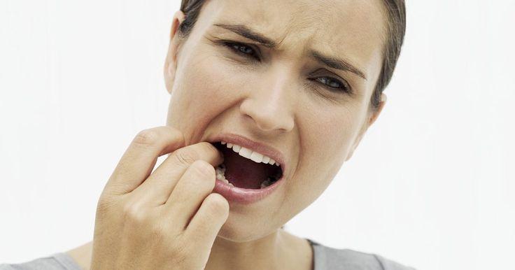 Cómo deshacerte de los herpes labiales con quitaesmalte. Es posible deshacerse de un herpes labial aplicando quitaesmalte sobre el área infectada. El quitaesmalte contiene agentes químicos que actúan como veneno para el herpes, haciendo que se cure en mucho menos tiempo. Al aplicarlo sobre el herpes labial con un hisopo de algodón o un papel de seda durante diez segundos ante la primera señal del brote, ...