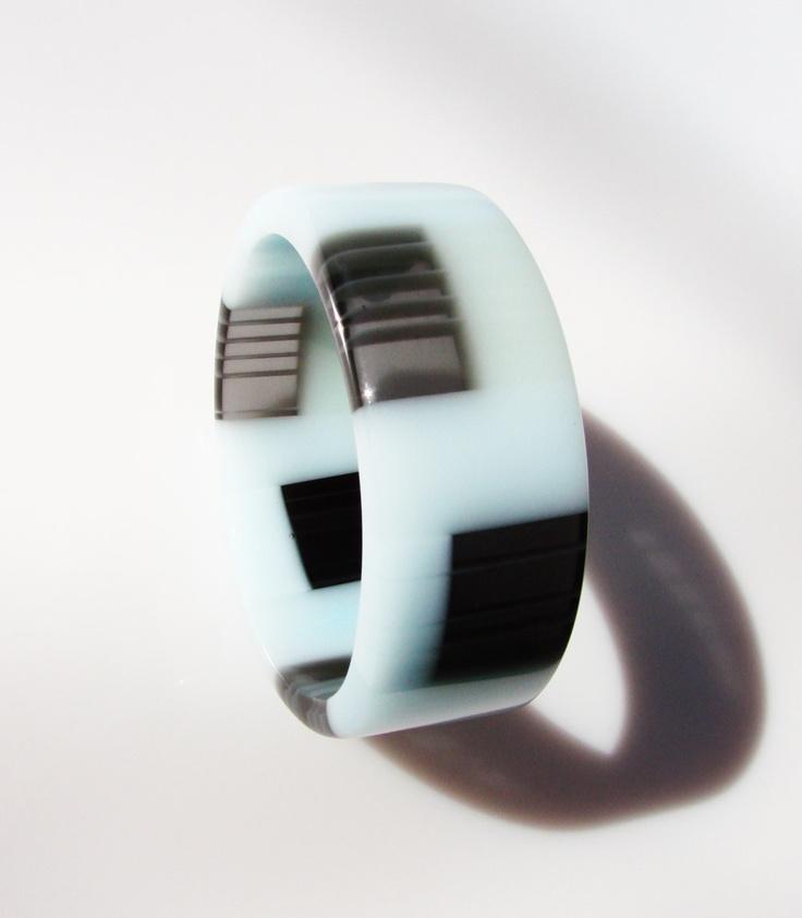 Handmade resin bracelet bangle in black and frosty blue. Bracelet fait main en résine opaque. Handgemaakte armband in hars.