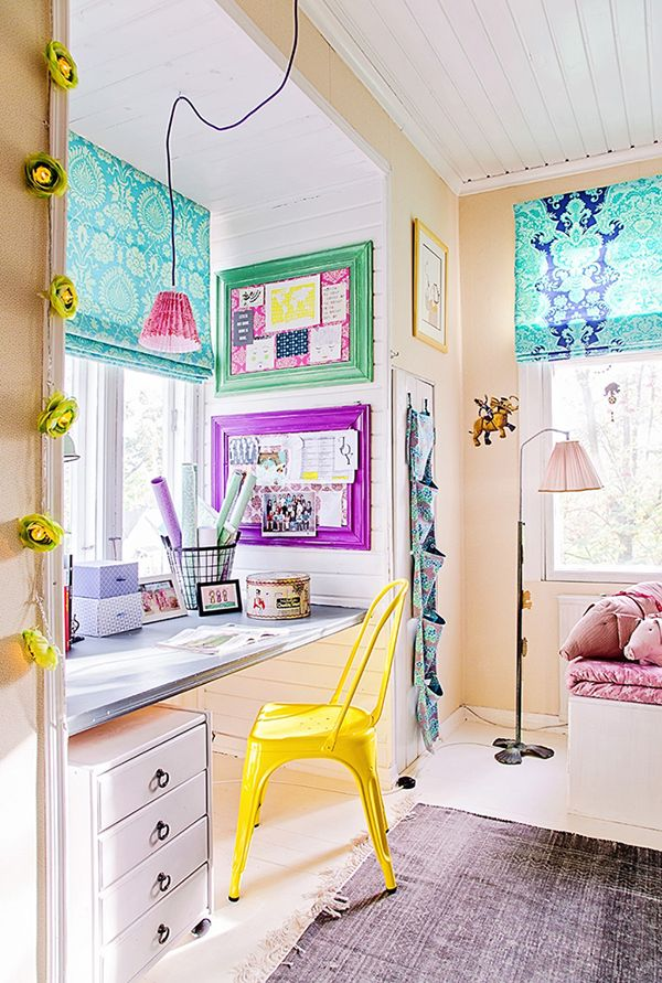 Una oficina llena de color