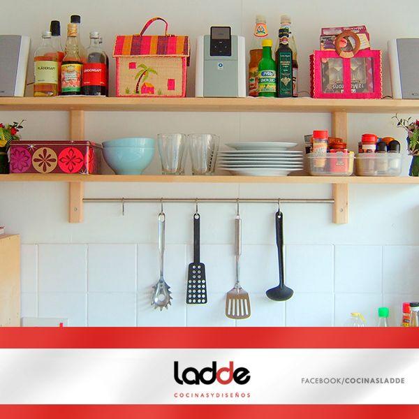 Si tu cocina es peque a coloca repisas para aprovechar el for Repisas en espacios pequenos