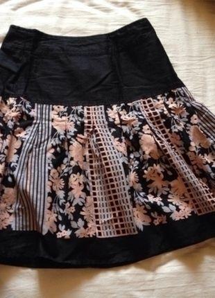 À vendre sur #vintedfrance ! http://www.vinted.fr/mode-femmes/jupes-patineuses/15379896-jupe-noire-et-motif-hm