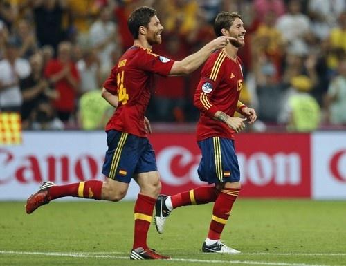 Xabi Alonso and Sergio Ramos trotting along: France Today, Calcio Etiam, Euro Champions, Football Fußbal, Euro 2012, Fußbal Calcio, Etiam Pila, Branches, Beats France