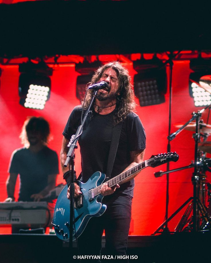 """2,116 Me gusta, 24 comentarios - High ISO (@high_iso) en Instagram: """"#davegrohl Foo Fighters live at National Stadium, Singapore. Photo by Hafiyyan Faza/High ISO.…"""""""