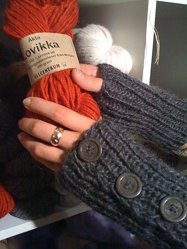 Ravelry: Autumnal wristwarmers/Höstliga pulsvärmare pattern by Birgitta E Dahl