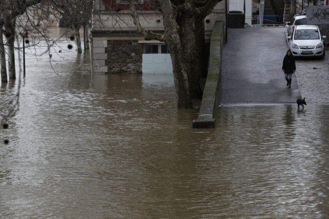 http://spravy.pozri.sk/clanok/foto-rieka-seina-zaplavila-casti-pariza-v-dosledku-vystrah-uzatvorili-niekolko-tunelov-a-parkov/1283338  Rieka Seina zaplavila časti Paríža, v dôsledku výstrah uzatvorili niekoľko tunelov a parkov