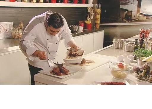 bereiden:Verwarm de oven voor op 230°C. Kruid de lamscarré metpeper en zeezout-kruidenmix en bakaan beide kanten goudbruin in olijfolie. Snijd 4 artisjokken in stukjes, doe ze samen met de aardappelen bij in de pan met vlees en bak nog 5 minuten. Voeg de rode ui en kerstomaten toe en gietde wijn erbij. Kook kort in en doe de groentebouillon en verse kruiden erbij. Schep alles over in een ovenschaal, doe deansjovis erbij en zet 10 minuten in de oven.