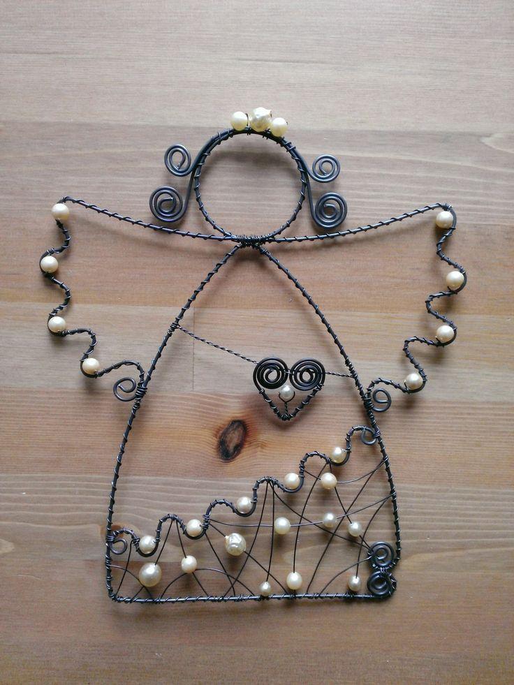 Drátovaný+anděl+ve+svátečním+hávu+Drátovaná+dekorace+(+černý+drát+++imitace+perel+),+výška+24+cm.