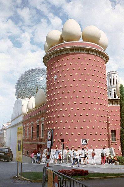 Entrance to the Salvador Dali Museum in Figueres, Spain. Arquitectura de Fantasía