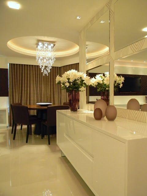 Buffet branco laqueado, papel de parede e espelhos