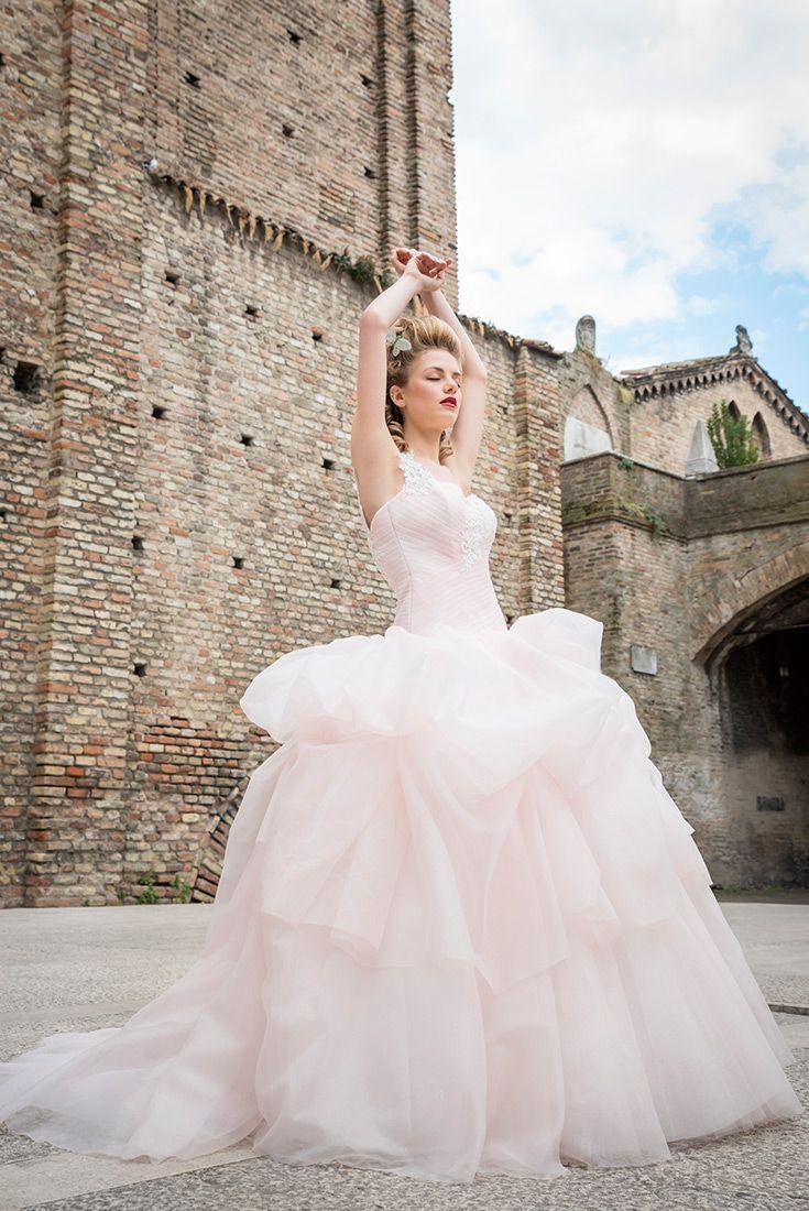 """""""Stupenda"""" è l'abito da sposa fiore all'occhiello della Linea Florence 2017. Una nuvola di organza lurex decorata da tralci di pizzo rebrodè ricamato. Tirapani #TirapaniAtelier #sposa #spose #abitodasposa #collezione2017 #abitodasposa2017 #bride #bridal #weddingdress #weddingdress2017 #lookbook2017"""