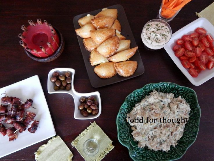 Τσίπουρο με φίλες (τυροπιτάκια, ελιές, δαμάσκηνα με μπέικον, κοτοσαλάτα, ντιπ καπνιστού σολωμού, καρότα, ντοματίνια)  http://laxtaristessyntages.blogspot.gr/2014/04/damaskina-me-beikon.html