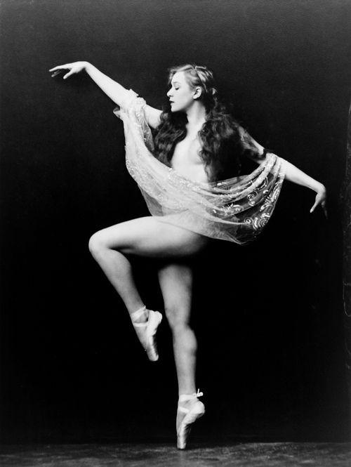 Caryl Bergman, Ziegfeld girl, by Alfred Cheney Johnston, ca. 1929 via trialsanderrors