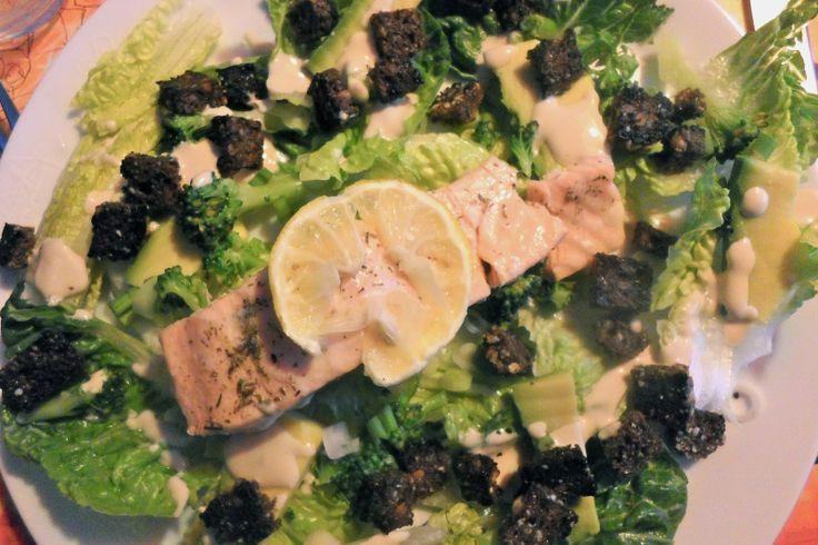 Salat med laks, rugbrødscroutoner og miso dressing / Salad with salmon, rye croutons and miso dressing.