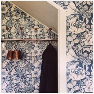 Riktigt läcker hall med storblommig Marimekko-tapet! #reinsta #regram @ingwag…