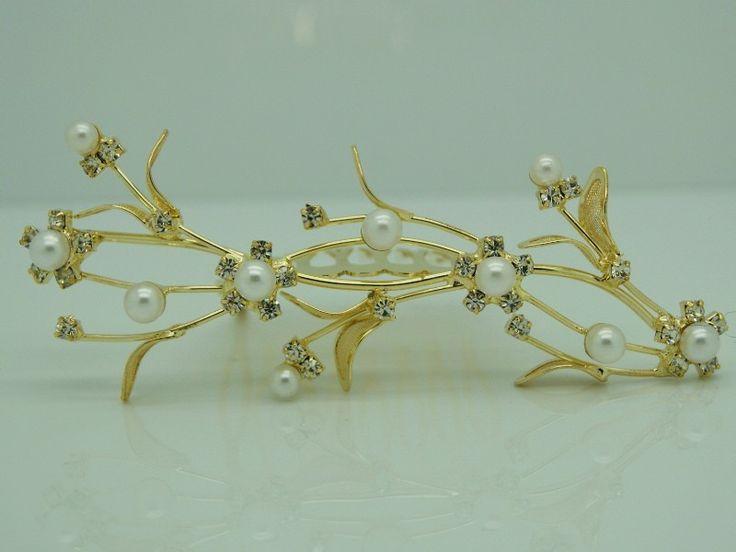 Tiara/Kam Isabella - Denne lille tiara sidder ikke på en bøjle, men på en kam, og er derfor meget velegnet til opsatte frisurer.  Guldfarvet med klare krystaller og hvide kunstperler.